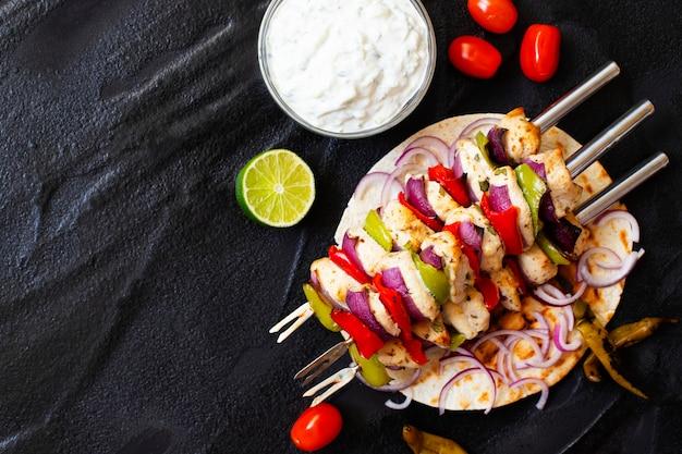 Tradycyjny grecki kurczak z grilla souvlaki z sosem tzatziki i chlebem pita