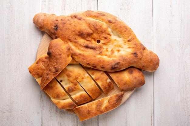 Tradycyjny gruziński shoti chleb na białej drewnianej powierzchni