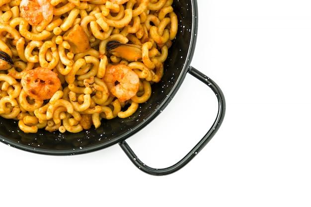 Tradycyjny hiszpański fideua, kluski paella odizolowywający na bielu odgórny widok