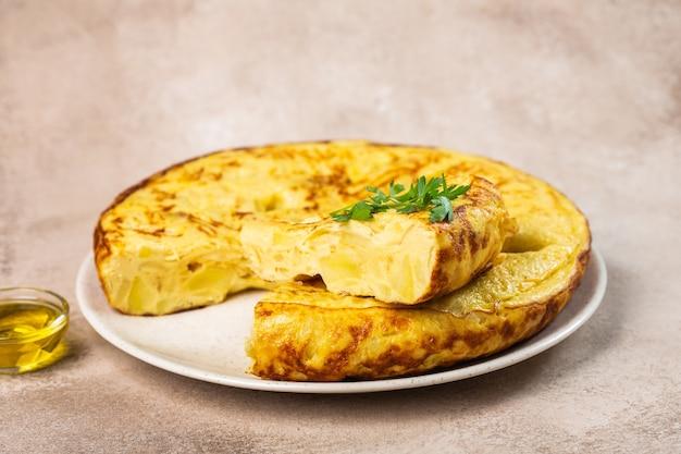 Tradycyjny hiszpański omlet z jajkami na stole