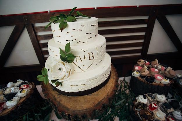 Tradycyjny i dekoracyjny tort weselny na przyjęciu weselnym