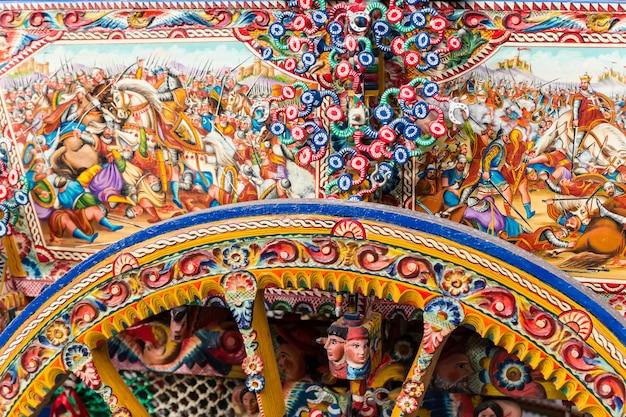 Tradycyjny i kolorowy wózek sycylijski.