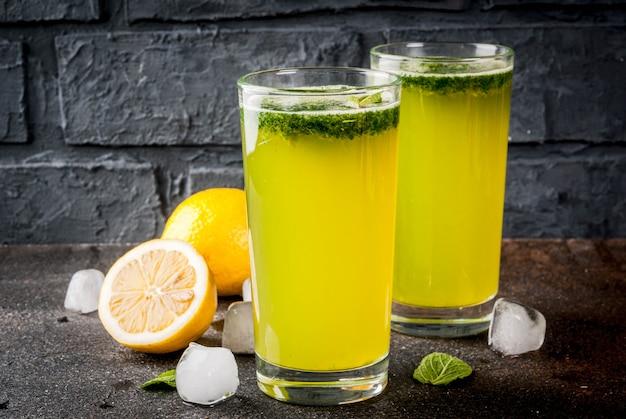Tradycyjny indyjski napój, koktajl miętowy soda