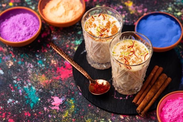 Tradycyjny indyjski napój thandai z szafranem