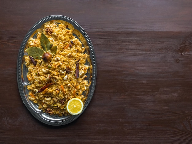 Tradycyjny indyjski wegetariański biryani. przepis na warzywa biryani. widok z góry, miejsce