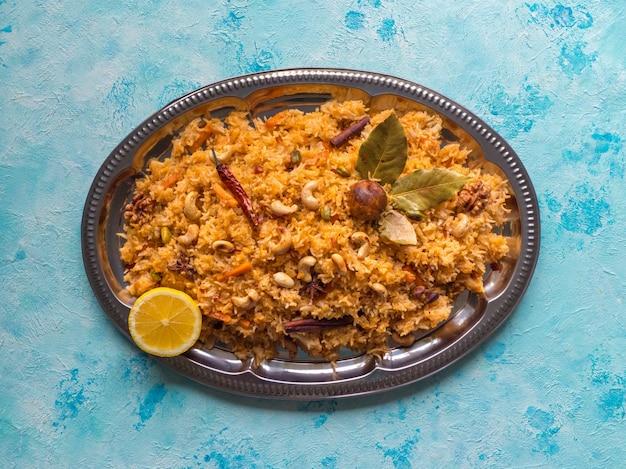 Tradycyjny indyjski wegetariański biryani. przepis na warzywa biryani