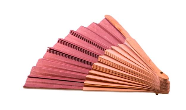Tradycyjny japoński wentylator brązowy na białym tle.