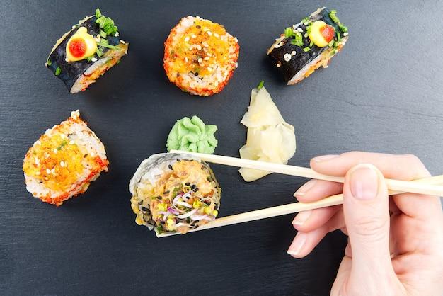 Tradycyjny japoński zestaw sushi serwowany na czarnym kamieniu