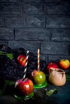 Tradycyjny jesienny przysmak, jabłka w karmelowym polewie