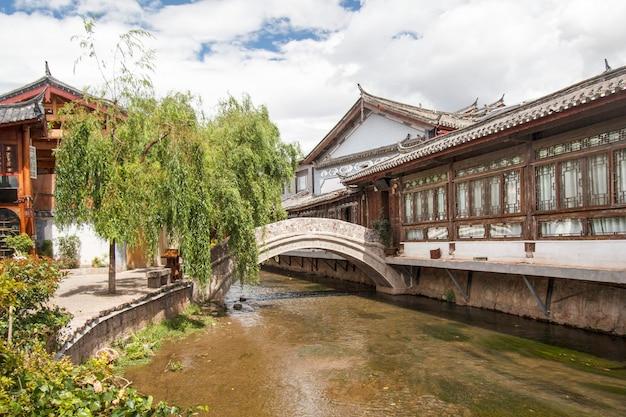 Tradycyjny kamienny most na starym mieście, lijiang yunnan, chiny