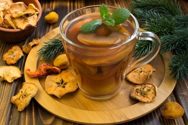 Tradycyjny kompot z suszonych owoców na święta bożego narodzenia na okrągłej desce do krojenia