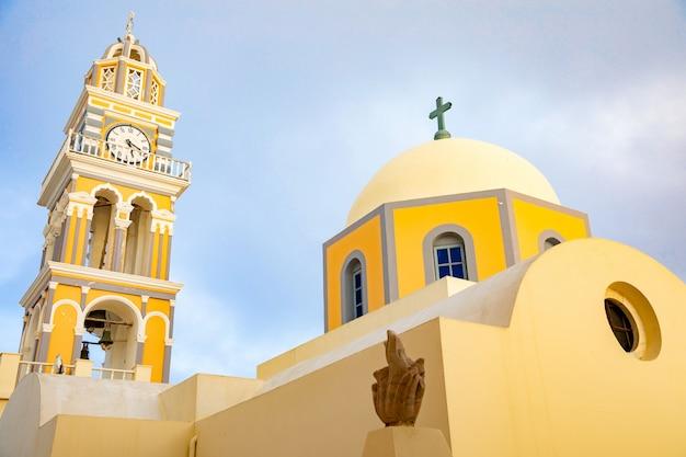 Tradycyjny kopuła kościół w thira lub fira, santorini wyspa, grecja