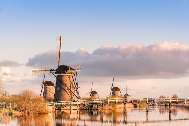 Tradycyjny krajobraz holandii z wiatrakami