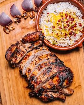 Tradycyjny kurczak lavangi na drewnianej desce ryżowi cebulkowi orzechy włoscy radosny śliwkowy odgórny widok