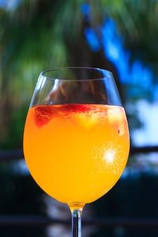 Tradycyjny letni napój sangria. orzeźwiający napój z pomarańczą i truskawką.