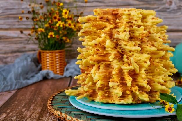 Tradycyjny litewski tort z kwiatami na drewnianej powierzchni