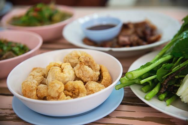 Tradycyjny lokalny posiłek w stylu północno tajskim