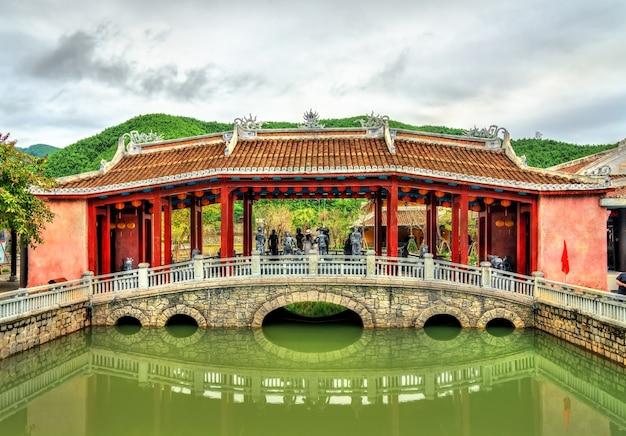 Tradycyjny most na wzgórzach ba na w pobliżu da nang w wietnamie