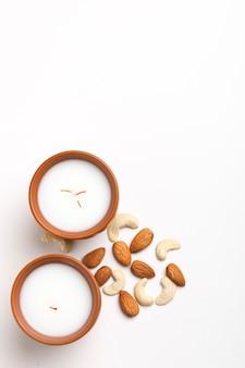 Tradycyjny napój indyjski, potrawy z festiwalu holi, napój mleczny thandai sardai z orzechami,