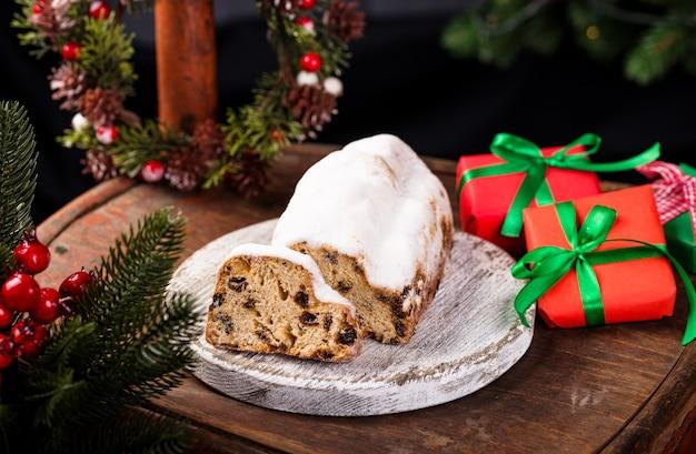 Tradycyjny niemiecki tort bożonarodzeniowy ze świątecznym wieńcem i prezentami
