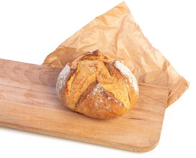 Tradycyjny okrągły chleb z deską do krojenia na białym tle
