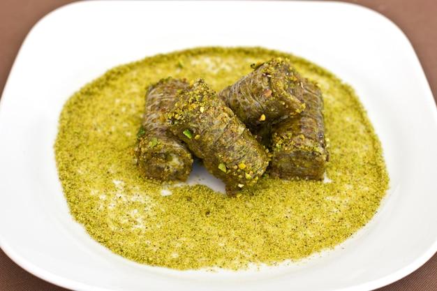 Tradycyjny orientalny deser - baklava z pistacjami i orzechami włoskimi.