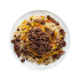 Tradycyjny orientalny pilaw z mięsem w talerzu na białym tle. widok z góry. odosobniony