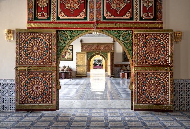 Tradycyjny orientalny wystrój wnętrz z drzwiami z wieloma detalami dekoracyjnymi.