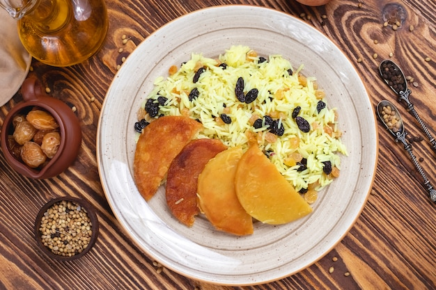 Tradycyjny pilaw mieszał rodzynki skorupy ryżowych pikantność odgórnego widok