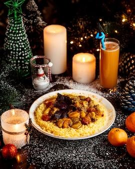 Tradycyjny pilaw z gotowanymi orzechami i owocami