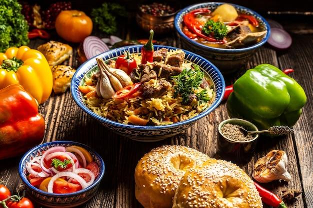 Tradycyjny posiłek uzbecki pilaw z wołowiną, marchewką, cebulą, czosnkiem, pieprzem i kminkiem. tradycyjne danie kuchni azjatyckiej