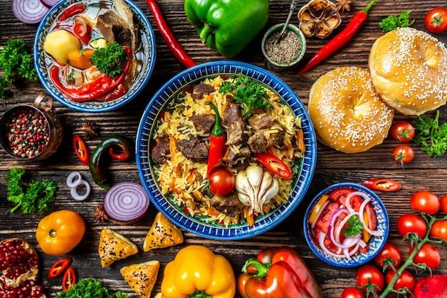 Tradycyjny posiłek uzbecki zwany pilawem. ryż z mięsem, marchewką i cebulą na talerzu z orientalnym ornamentem