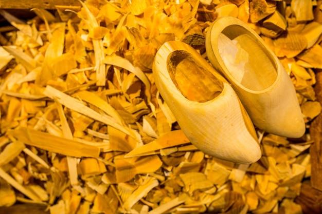 Tradycyjny proces produkcji obuwia drewnianego w linii produkcyjnej do produkcji na zamówienie klienta.