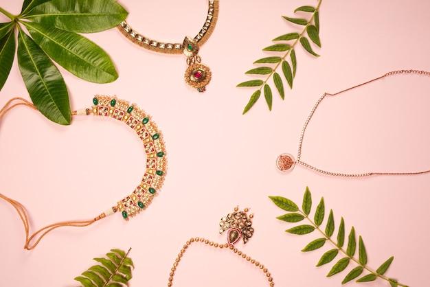 Tradycyjny projekt biżuterii naszyjnej z liśćmi w kolorze różowym