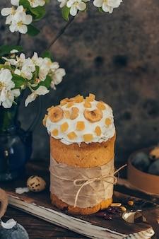 Tradycyjny rosyjski chleb wielkanocny kulich z kwiatem jabłoni i kolorowymi jajkami