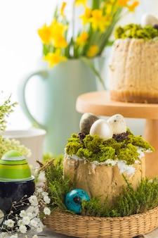 Tradycyjny rosyjski wielkanocny deser z twarogu, prawosławny paskha na stole z kulich ciasta, kwiaty, kolorowe jajka