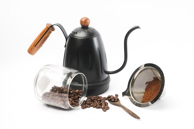 Tradycyjny sprzęt kawowy, młynek do kawy, garnek, ziarna kawy.