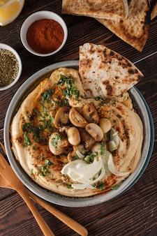 Tradycyjny śródziemnomorski hummus z pieczarkami i cebulą