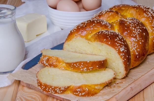 Tradycyjny świąteczny chałka drożdżowy chleb. kuchnia żydowska.