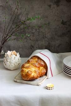 Tradycyjny świąteczny chleb challah żydowski wykonany z ciasta drożdżowego z jajkami.