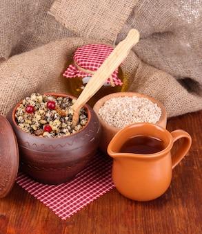Tradycyjny świąteczny słodki posiłek na ukrainie, białorusi i w polsce, na drewnianej powierzchni