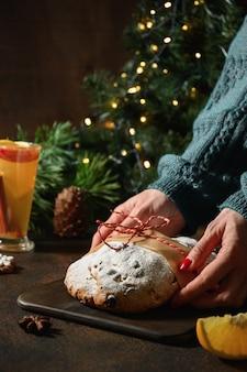 Tradycyjny świąteczny stół zdobiony wiecznie zielonymi gałązkami.