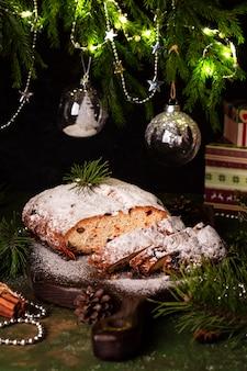 Tradycyjny świąteczny świąteczny deser stollen na drewnianej desce