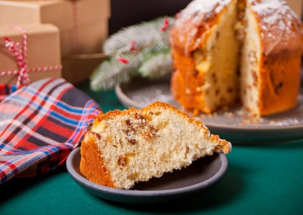 Tradycyjny świąteczny tort panettone z owocami i orzechami z dekoracją świąteczną