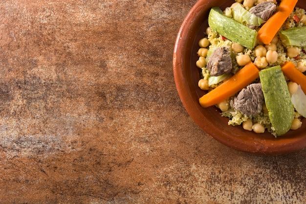 Tradycyjny tajine z warzywami, ciecierzycą, mięsem i kuskusem