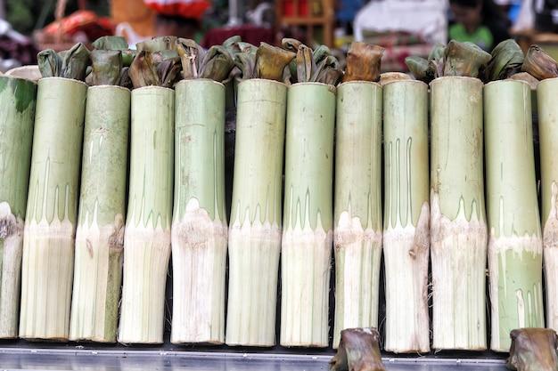 Tradycyjny tajski deser kleisty ryż pieczony w bambusowych kawałkach lub khao lam