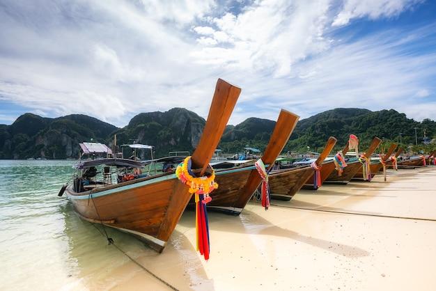 Tradycyjny tajski longtail łodzi na plaży ton sai na wyspie phi phi don, tajlandia