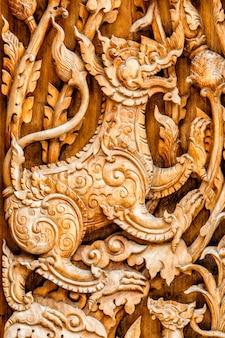 Tradycyjny tajski wzór lew lub singha rzeźbić w drewnie