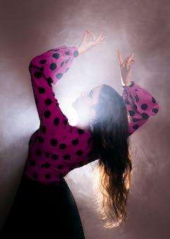 Tradycyjny tancerz pochyla się do tyłu
