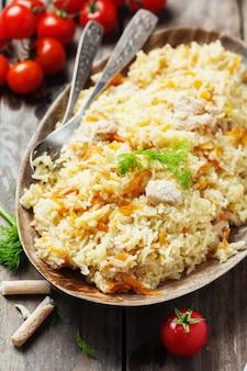 Tradycyjny uzbecki pliaw z marchewką i cebulą